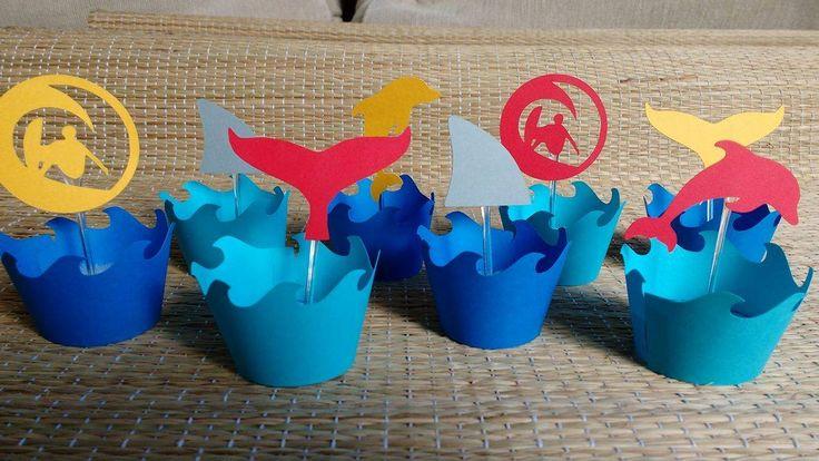 wrappers de ondas em dois tons de azul e picks com siluetas de golfinho, barbatana de tubarão, surfista e rabo de baleia para cupcakes e mini cupcakes.