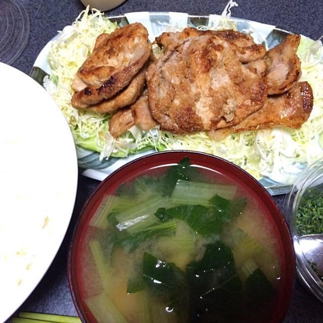#夕飯  肉の日なわけじゃないけどガッツリ肉食べた。 - 13件のもぐもぐ - 小松菜じゃが味噌汁、豚しょうが焼き、白米、キャベツ、山椒塩漬け。 by ms903
