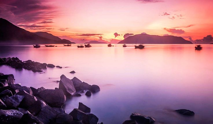 Sunrise paints the morning sky pink above the Con Dao Islands, Vietnam © Cao Tran Tho / Shutterstock