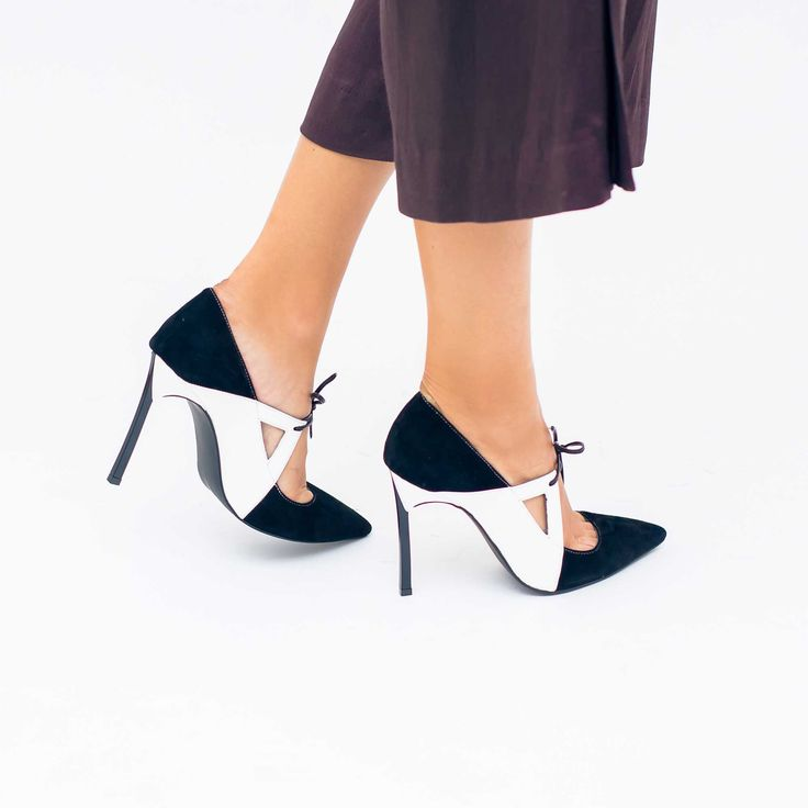 Pantofii de dama Mineli Domino sunt realizați dintr-un mix de piele naturală albă și neagră,…