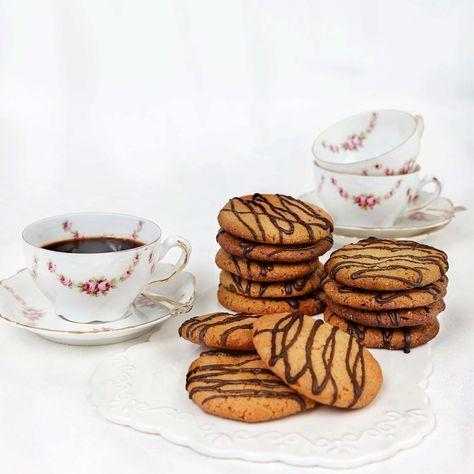 Knapriga kakor med endast 3 ingredienser. Lägg till ringlad choklad så blir de extra festliga.