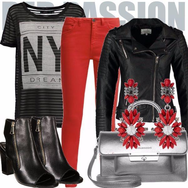 Che ne dite di quest'outfit un po' retrò e un po' rock caratterizzato dai pantaloni rossi? T-shirt oversize e giubottino da biker in pelle, Sandali perfetti open-toe in pelle, borsa a mano argento e ultimo tocco orecchini pendenti rossi. Very rock!