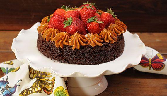 Torta brownie con manjar y frutillas