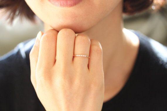 14 k rose solid gold Micro pave Set mit weißen Diamanten.  -Dieser Ring wurde von hand gemacht.  -Dieser Ring konnte mit Verlobungsring in meinem Shop perfekt aufeinander abgestimmt sein.  -Die Band misst 1,59 mm Dicke. Volle Runde der Band.  -1,3 mm weiße Diamant (konfliktfrei), feine Qualitätsdiamanten (FARBE: E-F, KLARHEIT: VS)  -Die Diamanten können auch die Hälfte der Band (eine halbe Ewigkeit Ring) festgelegt werden  -Bitte kontaktieren Sie mich, wenn Sie über Diamanten oder Materials…