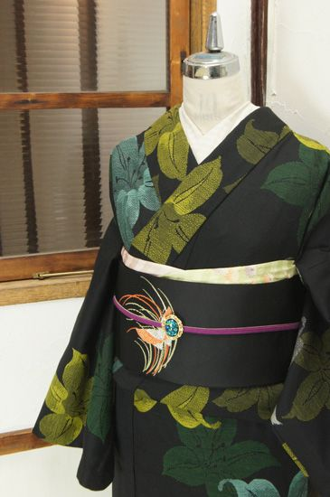 宵闇のような黒の地に浮かび上がるように織り出された大輪の百合の花が美しいウールの単着物です。 #kimono