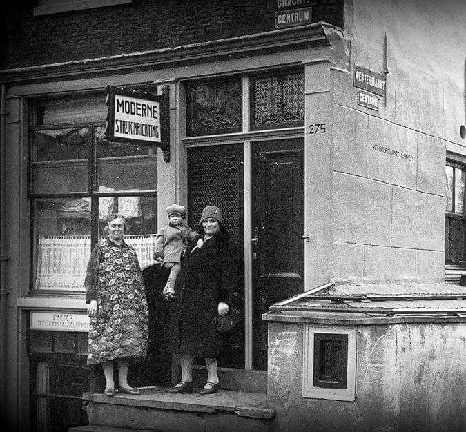 #Amsterdam, Prinsengracht bij de Westermarkt, circa 1930. Op de Prinsengracht 275 zat een 'Moderne Strijkinrichting' met twee eigenaressen te weten mej.S.Oud en en mej. S.M Elmers. Links in de kelder zat timmerman/meubelmaker Kiefer. Het pand begin jaren zestig gesloopt.