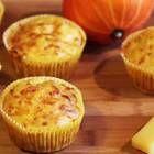 Nicht nur süß schmecken Muffins lecker, wie diese herzhafte Variante mit Käse und Kürbis beweist. Sie sind schnell gemacht und schmecken warm und kalt.