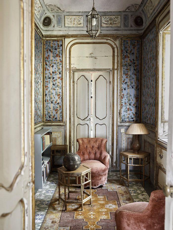 La Villa Valguarnera en Sicile Le boudoir est recouvert d'une soie murale dessinée, d'après un motif ancien, par Marco Kinloch Herbertson, qui y a ajouté des hirondelles. Meubles asiatiques rapportés de voyage, fauteuils capitonnés en velours 1900, et bibliothèques modernes complètent cette petite pièce. 8 | AD