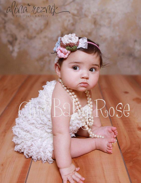 カラフルベビーロンパースホワイト!新生児のお宮参りやハーフバースデーでの撮影に選ばれています