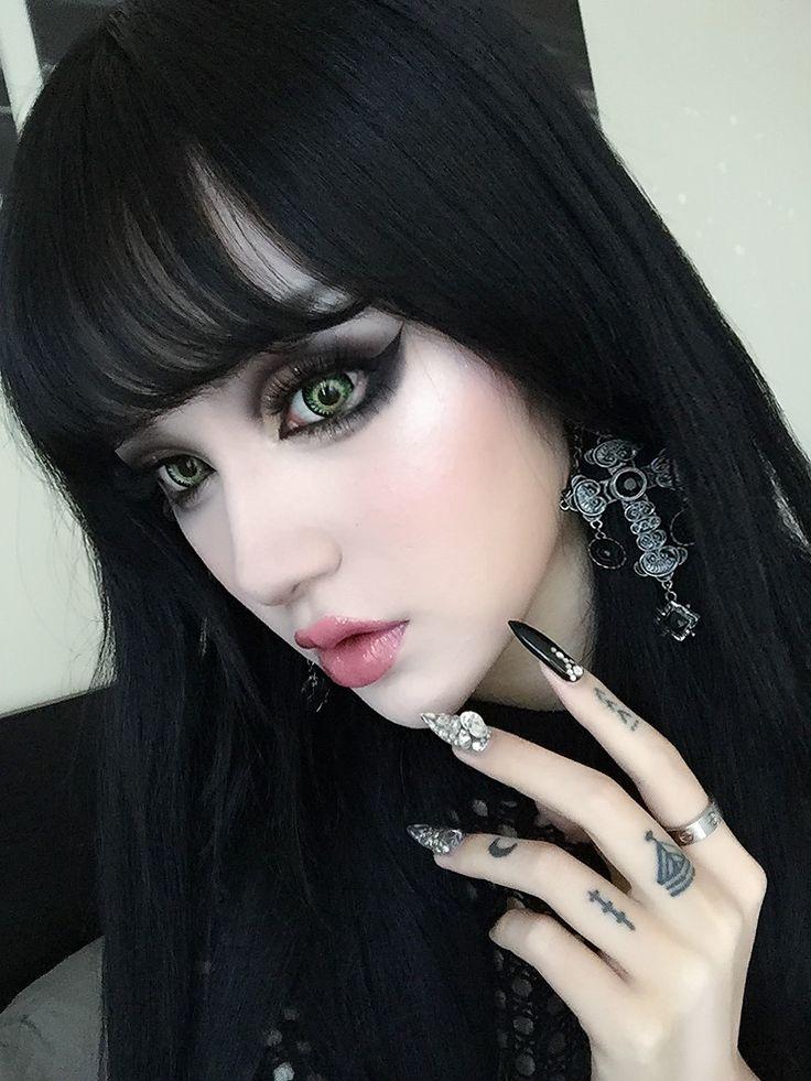 Acho imagens góticas incríveis! Nesta aqui, tudo está sensacional, os olhos, as unhas, o brinco, cabelo, expressão da modelo. Nota 10!