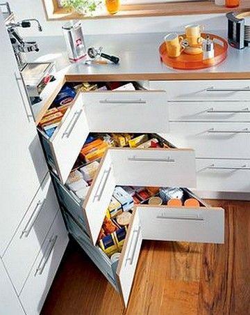 """Je rêve d'une immense cuisine toute équipée avec des dizaines de placards et d'étagères pour y ranger tous mes """"ustensils""""... Certaines craquent sur des chaussures, d'autres c'est les habits, le maquillage... Ma fille c'est les sacs à main... Et moi c'est..."""