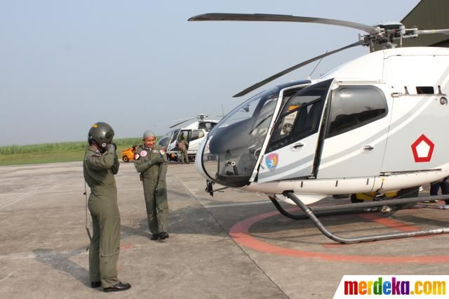 Pilot dan Copilot menyiapkan peralatan untuk berangkat menuju Pangkalan Udara Halim Perdanakusuma Jakarta untuk mendukung kegiatan SAR Pesawat Sukhoi Superjet 100 yang jatuh di Gunung Salak, Bogor.