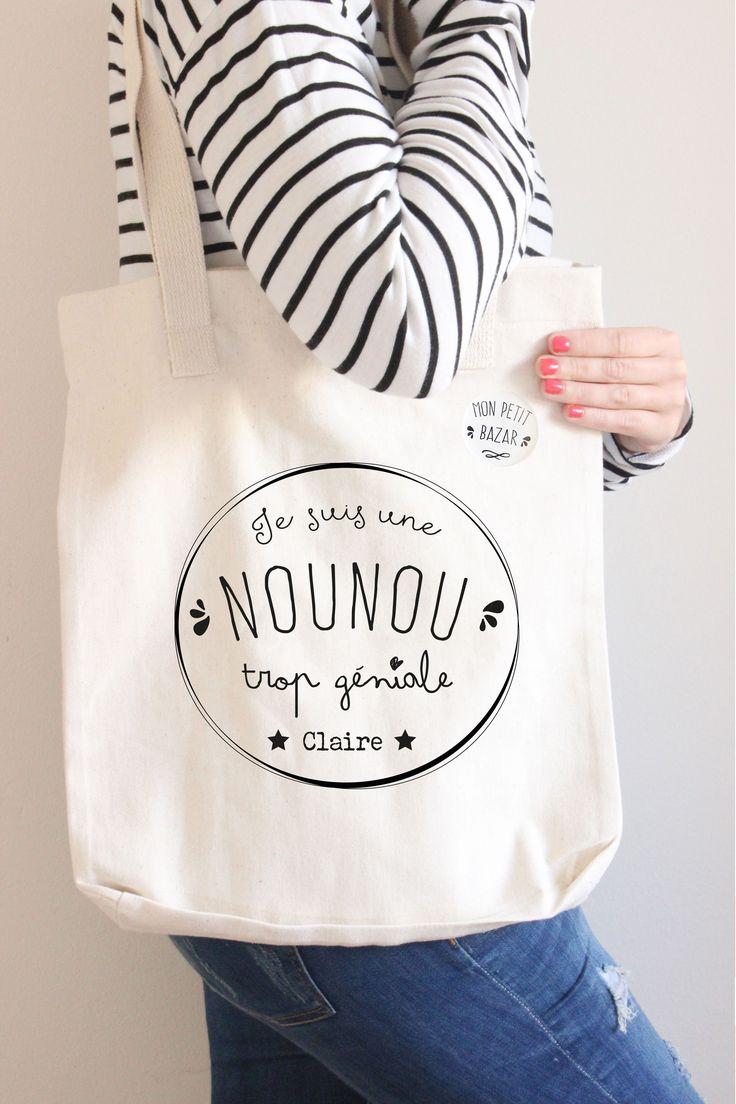 Sac cadeau personnalisé et son badge, tote bag pour une nounou trop géniale. Envie de faire un cadeau ou de vous faire un cadeau ? Voici un sac tote bag personnalisé avec son badge assorti (mon petit bazar ) pour une nounou trop géniale. Le tote bag est en coton de très bonne qualité. Il peut servir pour de multi-usages, sac à main, sac pour les courses, sac de plage, sac de sport, sac fourre-tout … N'oubliez pas de remplir le champ personnalisation avec le prénom de votre choix
