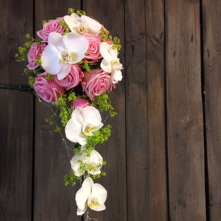 Vaaleanpunaiset ruusut ja perhosorkideaa.