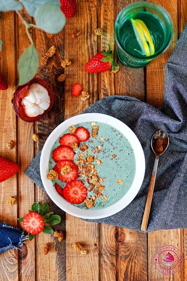 Banana and spirulina smoothie bowl -   bananowe smoothie bowl ze spriuliną, musli i truskawkami