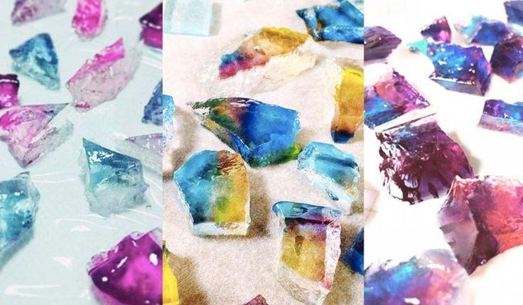 """Twitterで話題の""""食べられる宝石""""と呼ばれる「琥珀糖」って知っていますか?純度の高い砂糖と寒天を原料にした日本の和菓子です。中身は柔らかく、外はシャリッと硬く、光にかざすとキラキラきらめくまるで宝石のような輝きをもったお菓子です。お家にあるような手軽な材料で簡単に作ることができます。わかりやすく作り方をご紹介♩"""