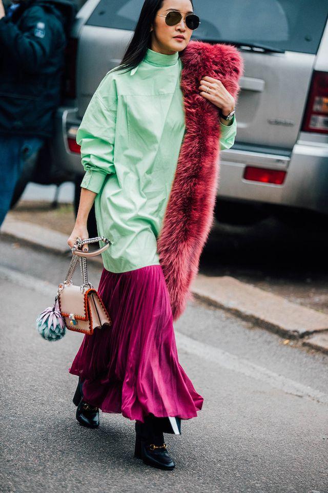 ストリートスナップで一番気になるのは、ファッショニスタが愛用している最旬バッグ。今季のミラノでは、ミニサイズのショルダータイプが多く見られた。中でも、キュートなスタッズが付いたフェンディ(FENDI)が人気のよう。