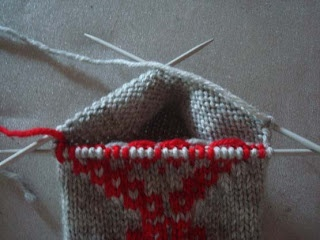 How to work intarsia in the round! In Swedish; translation to English is a little rough, but this is so ingenious that it's worth the trouble. On Talamodspasen at http://talamodspasen.blogspot.se/2010/09/har-kommer-en-beskrivning-pa-hur-man.html
