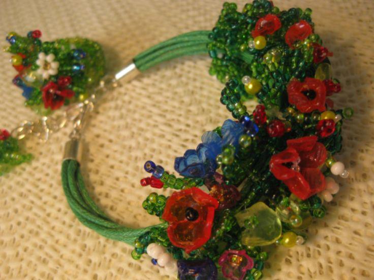 Браслет и кольцо сделаны с использованием цветов и листьев из пластиковых бутылок( оплавленных над свечой)