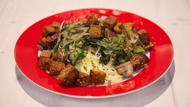Andijvie uit de wok met ketjap-tofu - recept | 24Kitchen