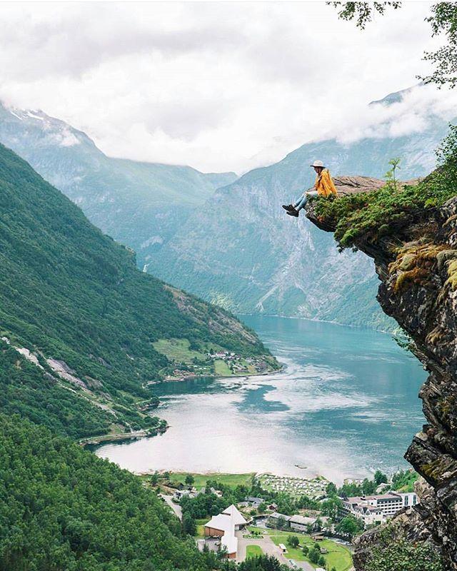 Hanging over Geirangerfjord  : Flydalsjuvet, Geiranger : @haylsa