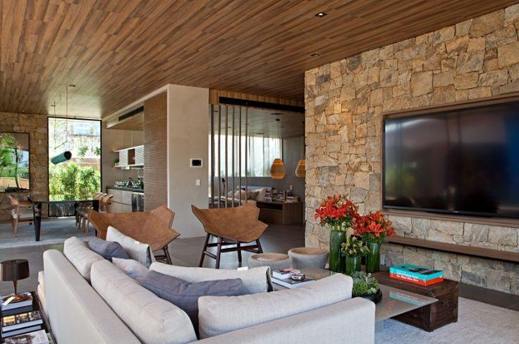 sala com forro de madeira e parede de pedra materiais e revestimentos projeto duda porto