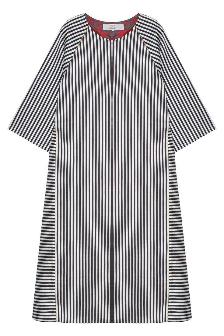 Пальто в черно-белую полоску Asian Spirit. Модель в стиле кимоно имеет расслабленный силуэт, широкие рукава-реглан и контрастную подкладку с цветочным узором. Будет отлично сочетаться с джинсами-скинни и оксфордами, а также дополнит вечерний образ с открытым платьем.