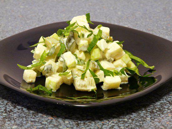 Салат с маринованными огурцами и зелёными яблоками.