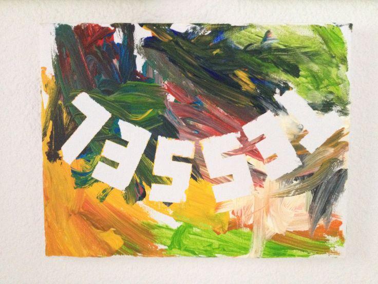 Schilderijtje met naam. Voor je begint met schilderen de naam op het doek plakken met plakband en na het verven deze verwijderen.