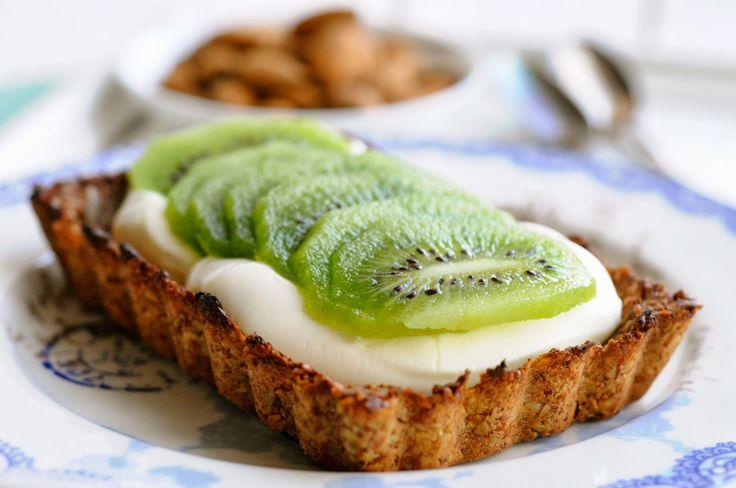 Sund morgenmadstærte med yoghurt og kiwi