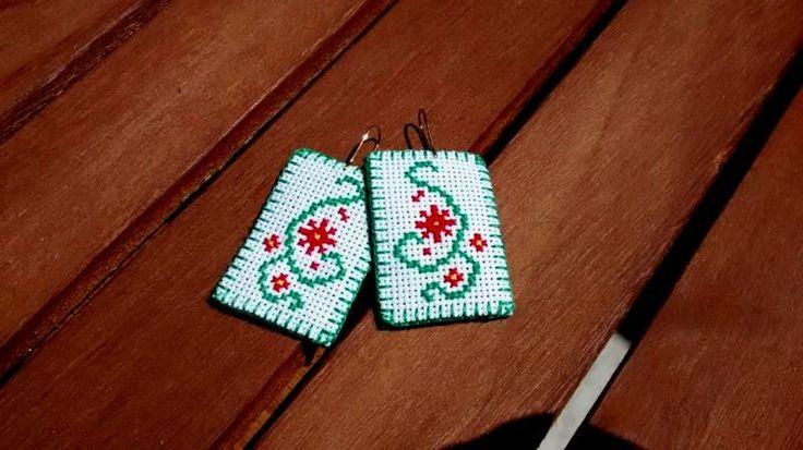 Kolczyki hippie - handmade, haft krzyżykowy.  Haft na kanwie białej, długość 5,2 cm (z zapięciem), szerokość 2,7 cm, obrębione i podszyte zielonym filcem, zapięcie metalowe.