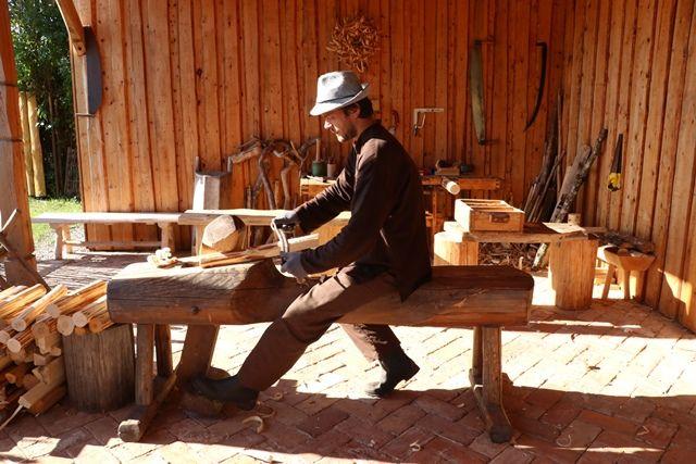 木の熟練工より昔の木工道具の使い方(木の切り方やカーブの作り方)を習う