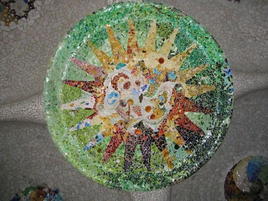 Mooi mozaïek. Dit vind ik een mooi mozaïek omdat het een soort zonnetje moet voorstellen alleen dan nog met mooiere kleuren en ook mooi omdat het op het plafond zit.  Dit mozaïek is te vinden in Parc Guell