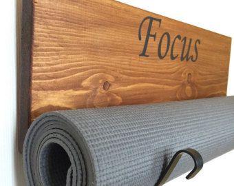 Yoga, zwarte yoga mat houder gemaakt van hout en klaar om te worden opgehangen. Meten van 23 x 7.5 3/4 . Uw kleur aanpassen.  Je heb gevonden de thuisbasis van de oorspronkelijke houder van de Mat van de Yoga. Ik kan u bieden, horizontaal, verticaal, dubbele yoga mat houder, yoga mat houder met een plank en de yoga mat houder met lederen riemen. Meerdere acryllic kleuren en vlekken ook. Blader door mijn winkel om te zien de verschillende stijlen.  Deze handgemaakte yoga mat houder is…