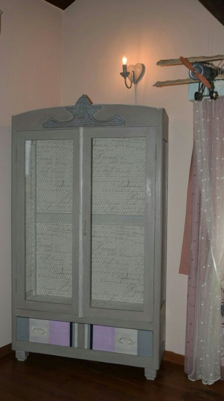 This piece of furniture was in a cellar, in very poor condition. Here is the result of my work in shabby-chic!