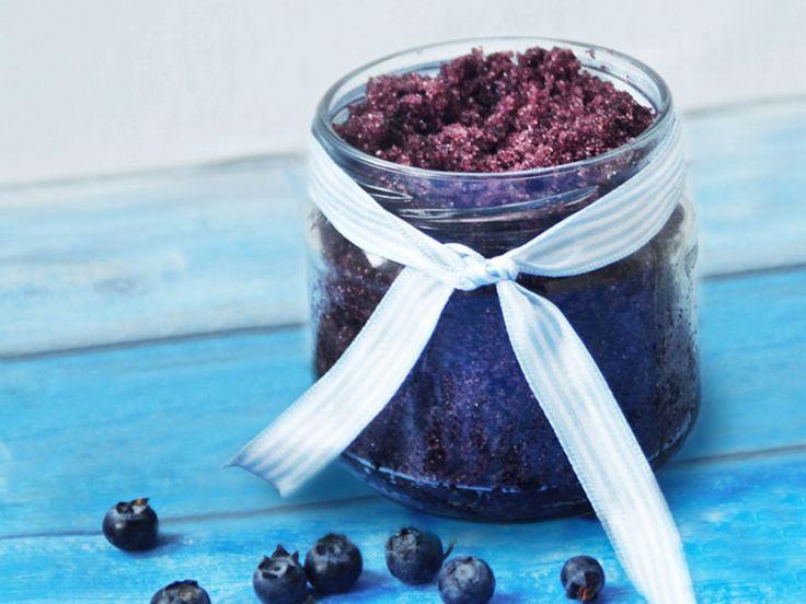 Mustikkainen bodyscrub joka tuoksuu kuin kotoinen mustikkapiirakka! Katso ohjeet: http://www.berryfect.fi/resepti/blueberry-bodyscrub/