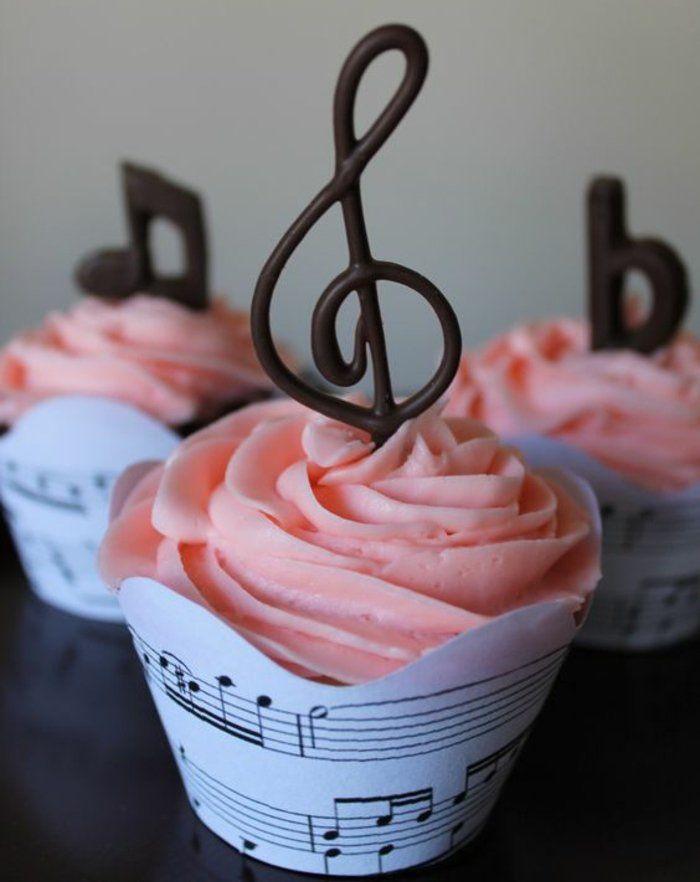 des muffins décorés de notes musicales en chocolat, chocolat decoration à réaliser sur du papier sulfurisé