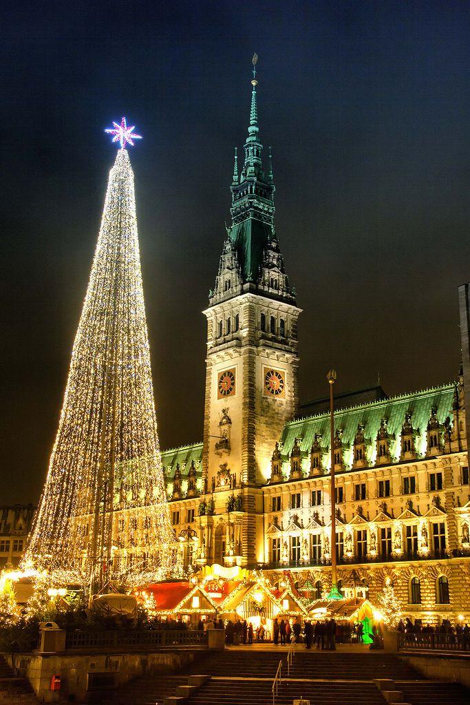 Rathausmarkt in Hamburg zur Weihnachtszeit, Germany.