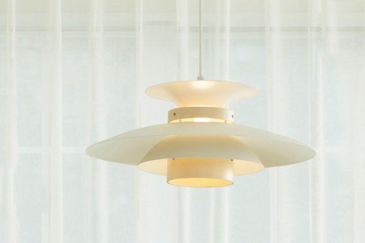 北欧モダンなデザインのシェードが特徴のペンダントライトです。3枚のシェードを重ね合わせた北欧らしいデザインは間接照明のようにグレアを隠す構造になっており、柔らかな光が広がります。