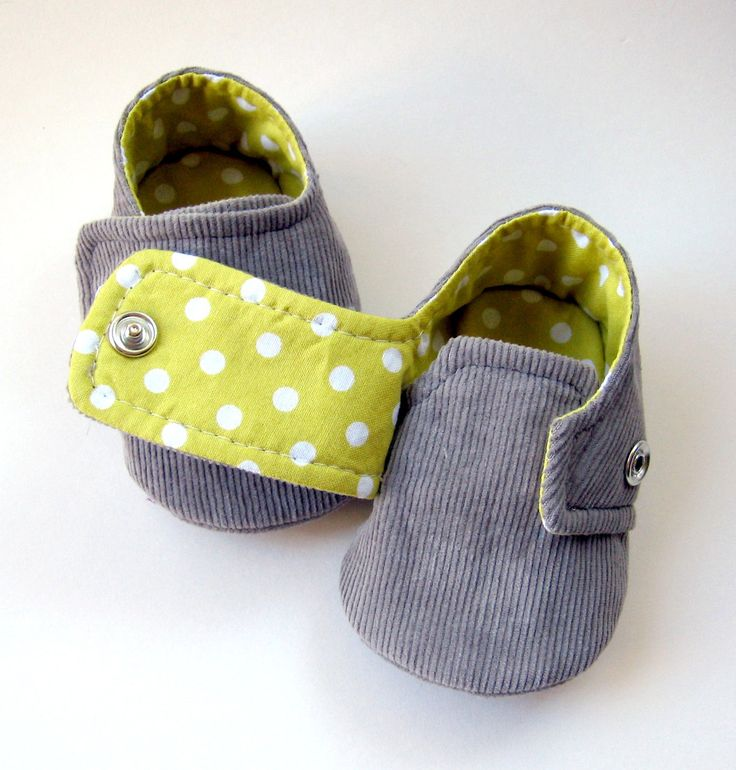 These little shoes are made with a grey cotton corduroy outer and a citron polka-dot cotton lining. The front flap fastens down with a snap closure. The corduroy is reinforced with fusible interfacing. Machine-sewn. ~~~~~~~~~~~~~~~~~~~~~~~~~~~~~ Size Chart: ~~~~~~~~~~~~~~~~~~~~~~~~~~~~    ★ ★ ★ IMPORTANT: PLEASE SPECIFY YOUR SIZE in the note to molipop box at the checkout. Size 1 = Sole measures approximately 3 1/2  Size 2 = Sole measures approximately 4  Size 3 = Sole measures approximately…