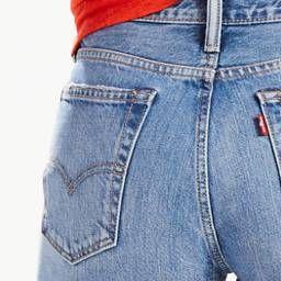 De 505™ Jeans is in 1967 geboren en werd volwassen in het New York van de jaren '70. Punkers, popartiesten, graffitikunstenaars en rocksterren droegen, scheurden en sloopten 'm. Met een customized slanke pasvorm en een rechte pijp is de nieuwe 505™C klaar voor de volgende generatie iconen. We hebben deze populaire jeans speciaal voor het seizoen ingekort tot shorts.