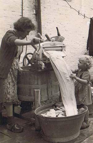 Moeder helpen bij de was !