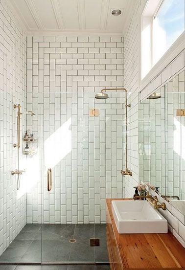 Petite salle de bain avec douche à l'italienne en carrelage métro