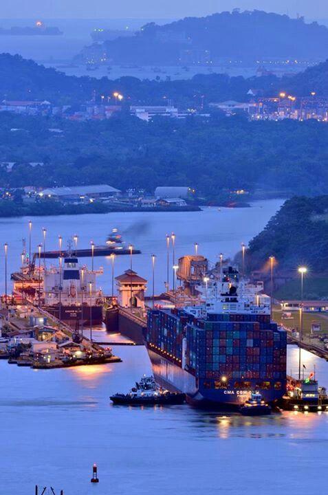 El Canal de Panama por la noche. Muchos barcos viajan de este canal artificial hecha.
