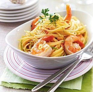 Spaghetti mit Knoblauchgarnelen Rezept: Salz,Pfeffer,Knoblauchzehen,Chilischote,Petersilie,Spaghetti,Garnelen,Olivenöl,Zitronensaft