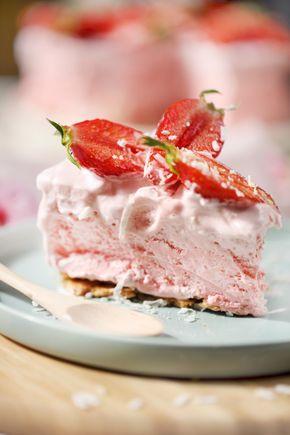"""Ce gros gâteau m'a pris 15 minutes à faire ! C'est une recette incroyable d'Annabel Langbeim. Ce gâteau """"nuage"""" se sert glacé mais sa texture n'est pas cel"""