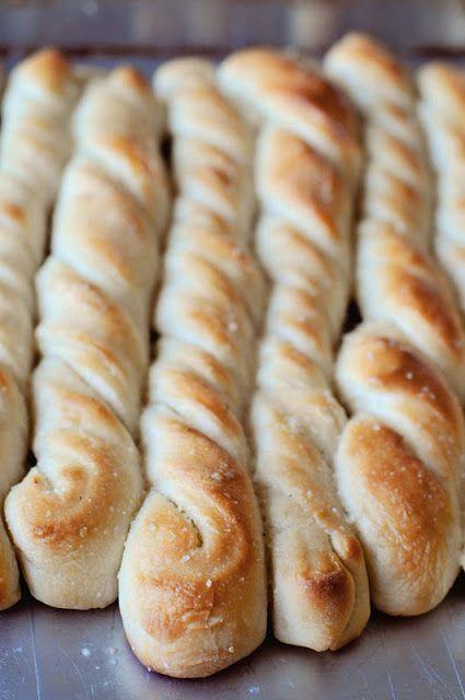Pizza Factory Breadsticks 1,5 tazze acqua calda-2 cucchiai zucchero-1 cucchiaio lievito --riposare per 5 minuti . Quindi aggiungere : 3,5 tazze farina-1 cucchiaino sale--lasciare lievitare per 10 minuti   spennellare sulla superficie :1/4 di tazza burro fuso,aglio sale,Mescolati.Ripiegare la pasta a metà e tagliate a strisce di 2 cm. attorcigliare ,su carta forno.lievitare 15 -20 minuti . Cuocere i grissini a 190° 15-20 minuti Appena tolti spennellare con il rimanente burro all'aglio