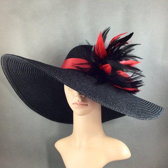 Magnifique Kentucky Derby Ascot Hat   100 % tout neuf  Conçu & Made in USA  Ce magnifique chapeau a une circonférence de couronne intérieure de 22,5 pouces. Le bord est de 5 3/4 pouces. Il sadapte à la plupart !  Belle main décoré chapeau à large bord orné de plumes de selles pour le coq noir de haute qualité, plumes de coq noir coque dépouillé et plumes rouges garnis de main.  La bande du chapeau est 1 1/2 po largeur fine satin, rouge de couleur.  Chapeau de Base couleur : noir...