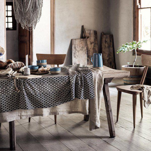 """<p style=""""text-align: justify;"""">Les coussins aux imprimés graphiques habillent le canapé et contrastent avec les couleurs douces et poudrées de la pièce.</p> <p style=..."""