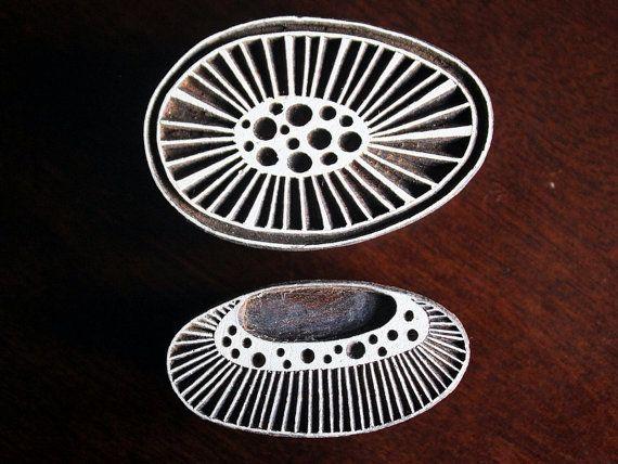 Sellos de madera a mano India están una combinación única de arte, habilidad y funcionalidad!  Este cuenta con sello de madera preciosa costumbre diseñado abstracto moderno, inspirado en formas naturales, maravillosamente mano tallada en un bloque de madera. El sello es de 2,75 pulgadas (70 mm) de 1.4 pulgadas (36 mm) y cerca de 1,5 pulgadas (38 mm) de espesor.  P.S: Este listado es sólo para la forma redonda natural (ver fotos 1, 2, 3 y 4). El conjunto de 2 sellos en pic. #5 puede ser…